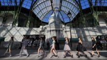 Chanel reproduz margem do Sena na passarela em homenagem a Paris