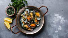 Cyril Lignac partage sa recette des moules au bouillon curry rouge et prolonge l'été