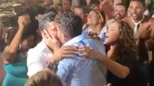 Carlinhos Maia e marido dão o primeiro beijo em público