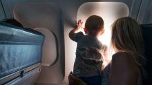 Saiba por que não é seguro dar remédios para crianças durante um voo