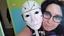 Mulher se apaixona por robô e diz querer se casar