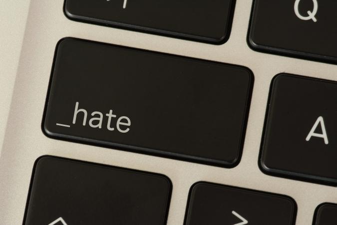 Ein Computer und Taste für Hass