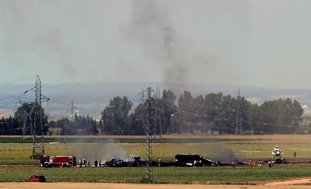 The wreckage of an Airbus A400M military transport plane smoulders after it crashed in a field near Seville, in southern Spain, on May 9, 2015 (AFP Photo/Cristina Quicler)