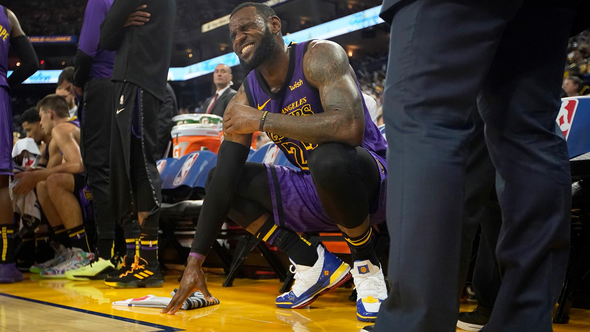 5f8b7159b5c LeBron James injury  Steph Curry offers advice on groin strain recovery