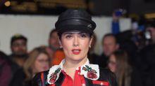 Salma Hayek llama la atención en cuero y camisa de enormes rosas