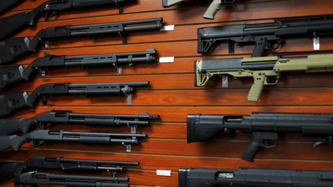 Un senador propone dar escopetas a los 'sintecho'