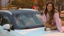 Mãe de Lexa ganha carro de luxo da filha e se emociona: 'Tô muito metida'