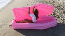 Caixão rosa inflável se torna viral e geração Y mal pode esperar o verão para postar a tendência no Instagram