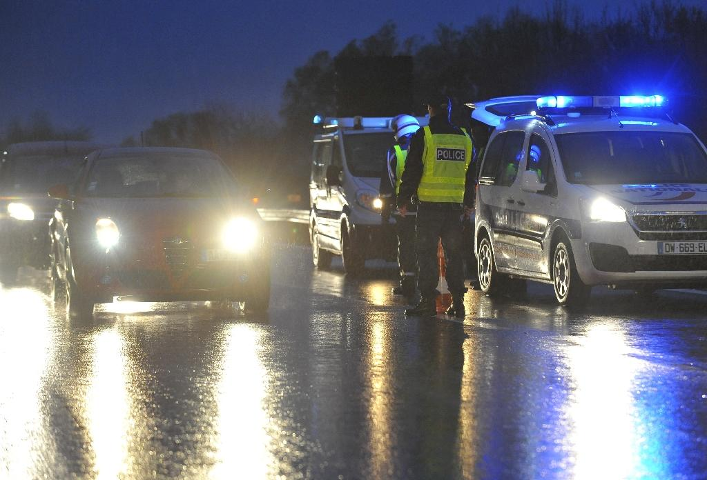Police officers and border police control vehicles on the A31 motorway at the France-Luxembourg border, on November 19, 2015 in Entrange, eastern France (AFP Photo/Jean-Christophe Verhaegen )