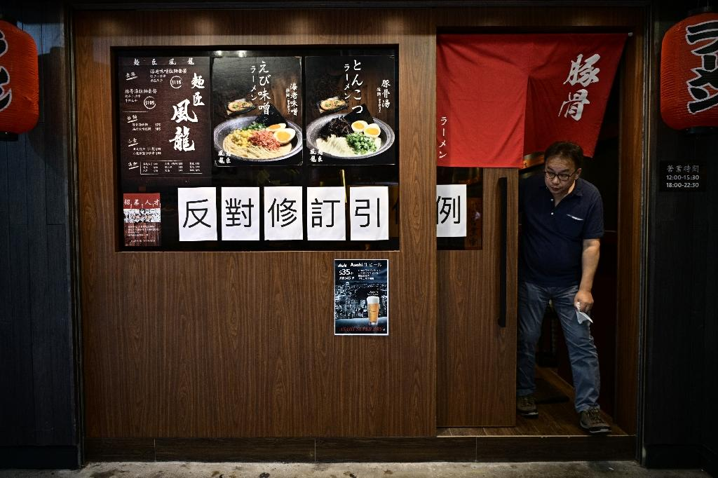 A Hong Kong restaurant displays a sign opposing the proposed extradition law (AFP Photo/Anthony WALLACE)