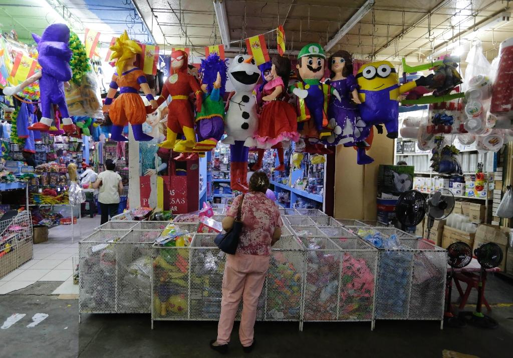 Nicaragua's political crisis has left normally bustling markets like this one in Managua looking nearly deserted as businesses large and small have suffered un conteiner hung up during festivities and hit with a stick to release candy inside- at a market in Managua on June 29, 2018.Hotels, restaurants, bars, small factories, stores and even tortilla vendors have lowered their sales leaving thousands unemployed in Nicaragua after 72 days of political crisis. (AFP Photo/Inti OCON)