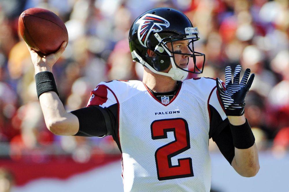 El quarterback de los Falcons de Atlanta, Matt Ryan, lanza un pase en un partido contra Tampa Bay el domingo, 25 de noviembre de 2012, en Tampa, Florida.  (AP Photo/Brian Blanco)