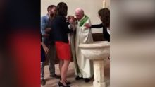 Un cura abofetea a un bebé durante su bautizo