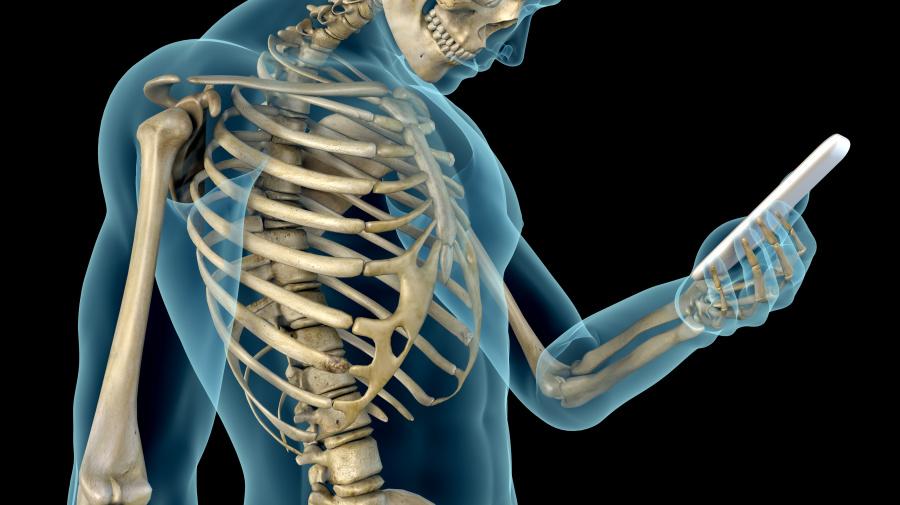Agachar la cabeza para mirar una pantalla está deformando nuestros huesos