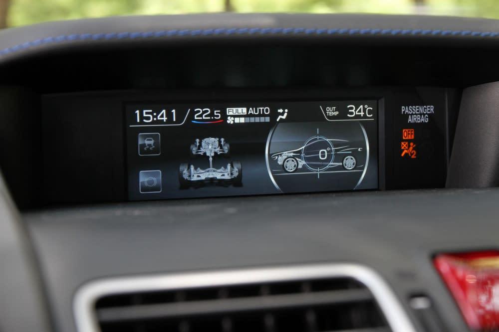 上方螢幕也升級成與新XV/Impreza相同的5.9吋MFD行車資訊幕,同樣提供相當多的行車資訊,包含四驅狀態、傾斜角度、平均油耗、可行駛里程,就連攸關性能的油門深度、增壓值與油溫都一併俱全
