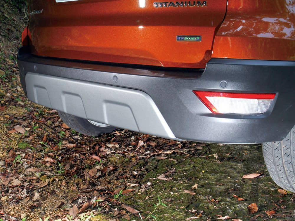 後保桿為與車頭的運動感相互輝映,同樣在下緣塑料材質中央加上霧銀飾板。