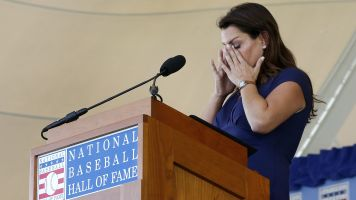 Halladay's wife honors Roy in perfect manner