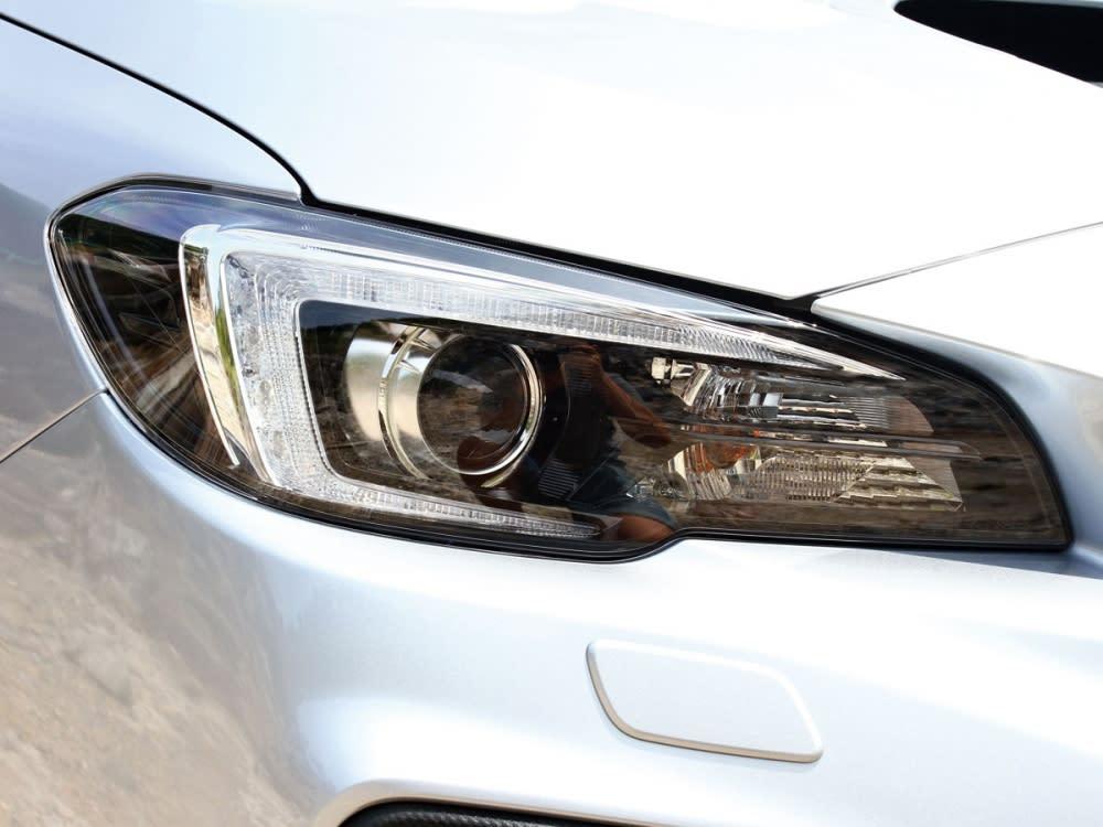 方向燈整合至頭燈內側,為新一代頭燈組之改變重點。