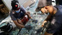 Vidro destruído pela explosão de Beirute é reciclado e vira jarras e garrafas