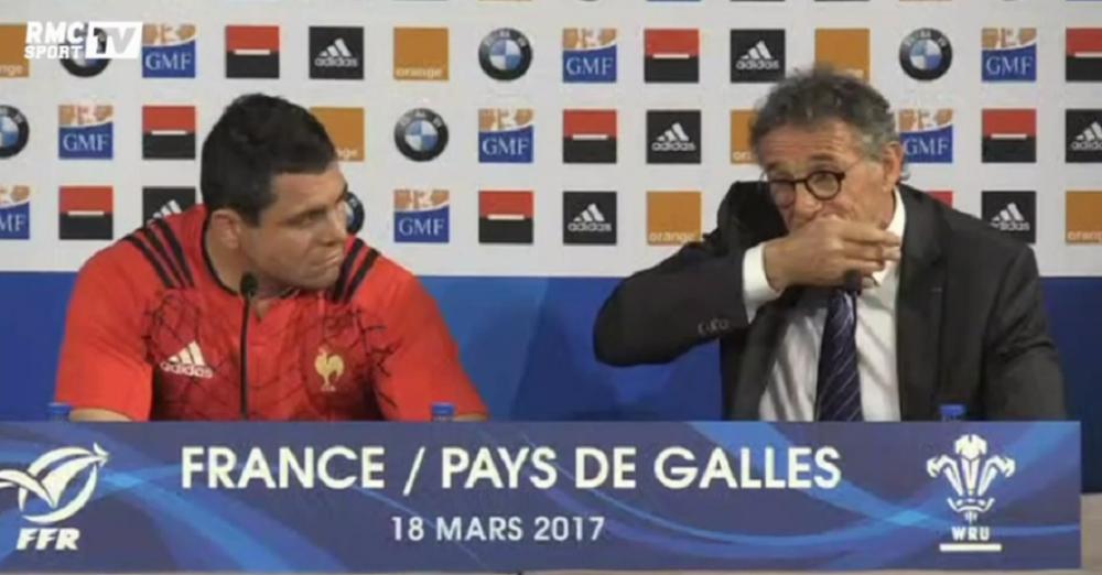 VIDEO: Guy Novès se mord la main en pleine conférence de presse