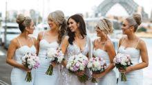 Sposa rompe la tradizione e sceglie l'abito rosa, mentre le damigelle vestono bianco