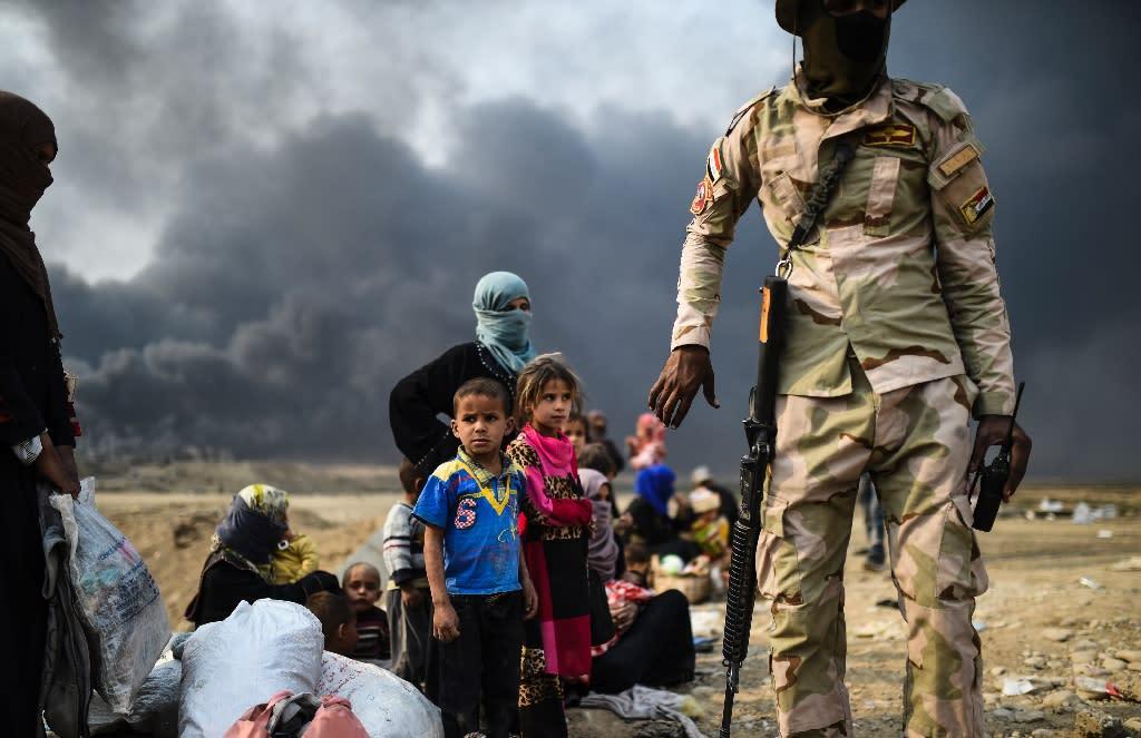 Iraqi families flee the fighting between Iraqi forces and Islamic State jihadists around Mosul on October 24, 2016 (AFP Photo/Bulent Kilic)