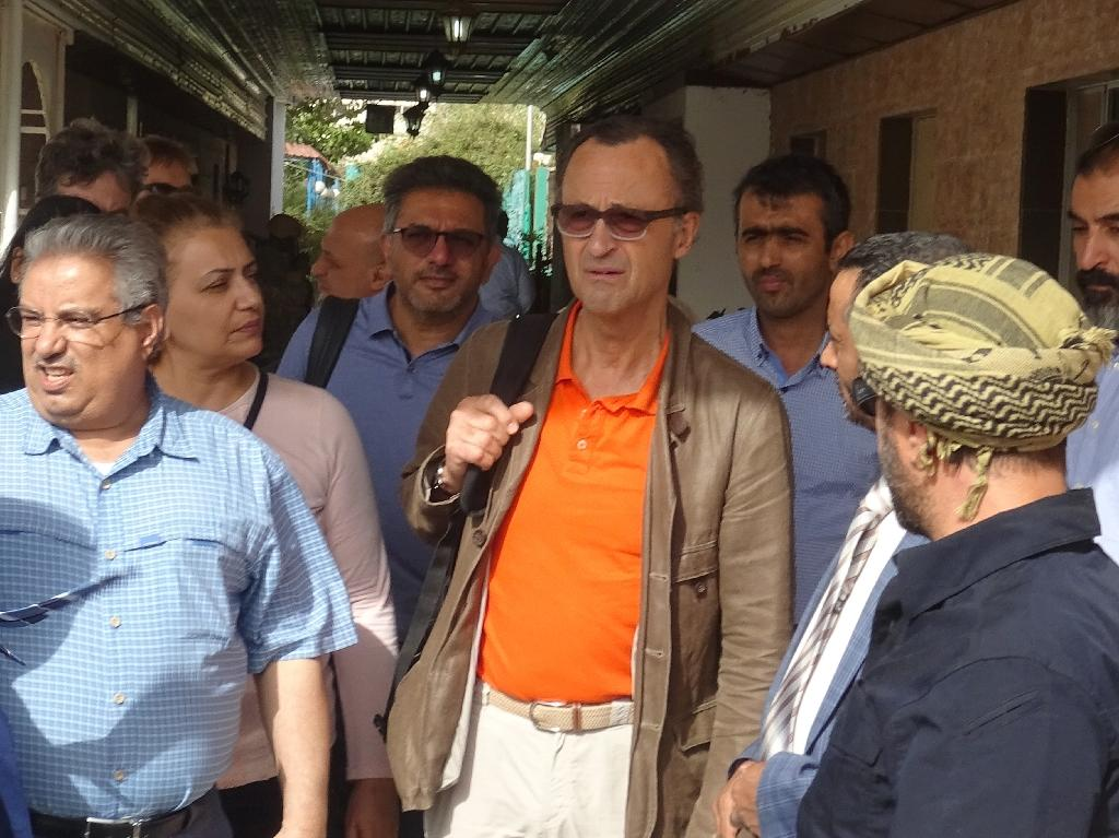Retired Dutch General Patrick (c) Cammaert picked up a government delegation at a rendezvous in the Red Sea before returning to the port of Hodeida to await Huthi envoys who are to arrive on Sunday, a UN statement said