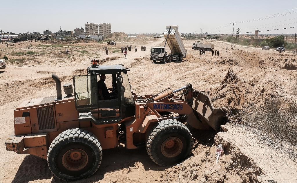 Palestinian bulldozers clear an area as Hamas begins creating a buffer zone along the border with Egypt in the southern Gaza Strip town of Rafah, on June 28, 2017 (AFP Photo/SAID KHATIB)