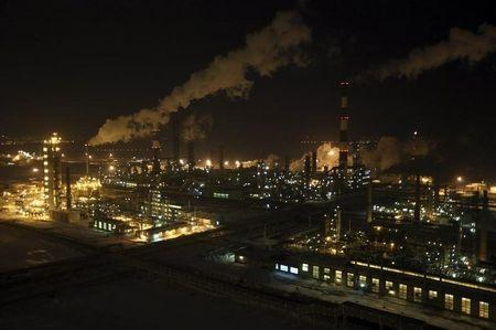 A general view of the Bashneft-Ufaneftekhim oil refinery is seen outside Ufa, Bashkortostan, January 29, 2015. REUTERS/Sergei Karpukhin