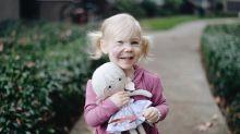 Niña recibe una muñeca con su misma mancha facial
