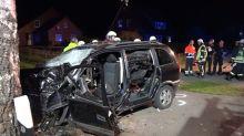 Schwerer Unfall: Überbesetztes Auto prallt gegen Baum