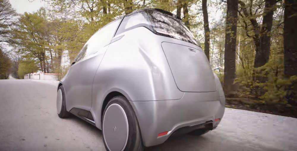 當Uniti One電動車行駛在瑞典傳統鄉間小路上,彷彿有股從未來世界跑出來的電影感