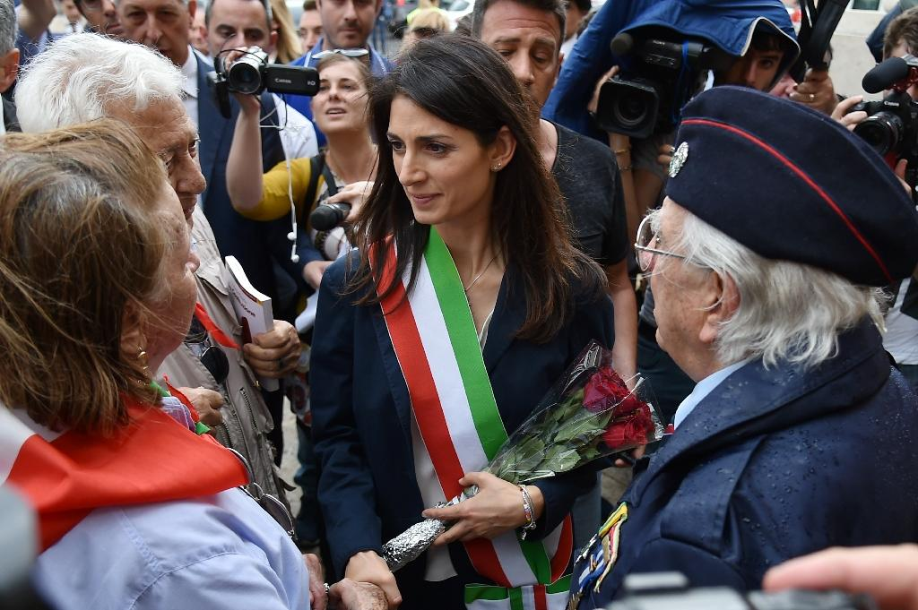 Newly elected mayor of Rome Virginia Raggi speaks with former resistants during a wreath-laying ceremony on June 23, 2016 at the Cestia Pyramid in Rome (AFP Photo/Alberto Pizzoli)