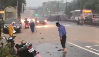 淡水馬路淹成河!魚在地上游