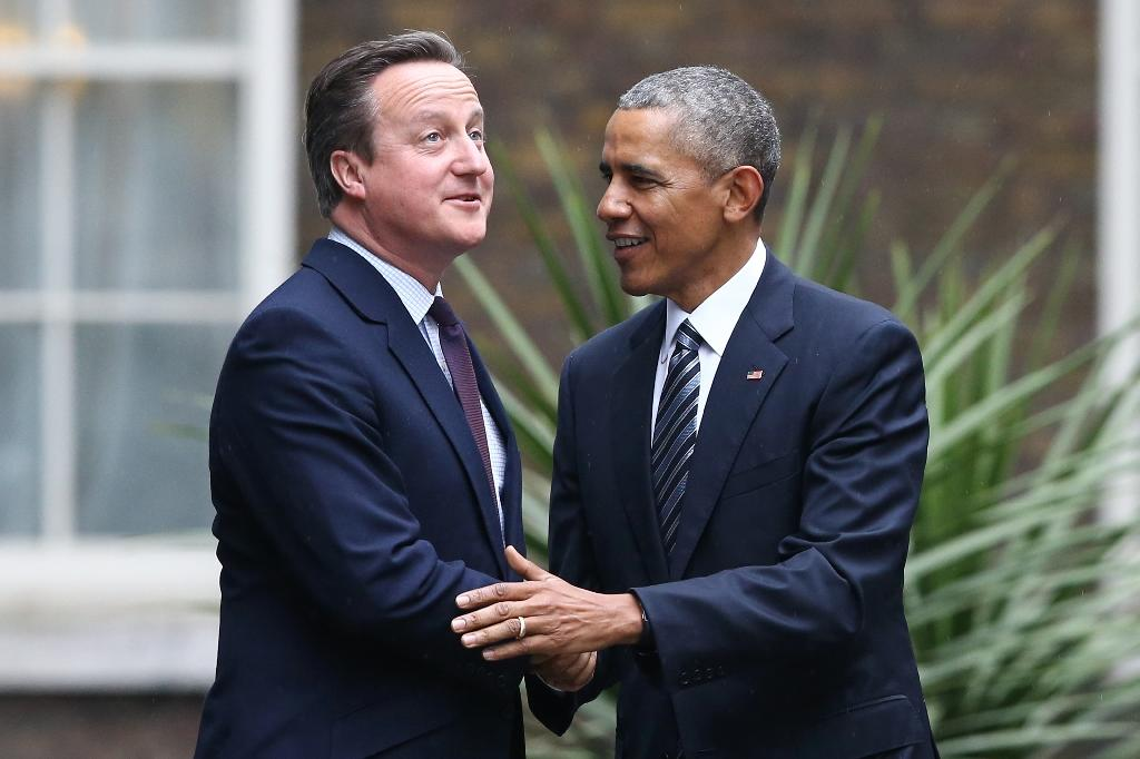 British Prime Minister David Cameron (L) greets US President Barack Obama as Obama arrives for talks at Downing Street in central London on April 22, 2016 (AFP Photo/Justin Tallis)