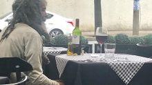 Morador de rua emociona ao ser clicado comendo em restaurante de luxo em Belo Horizonte