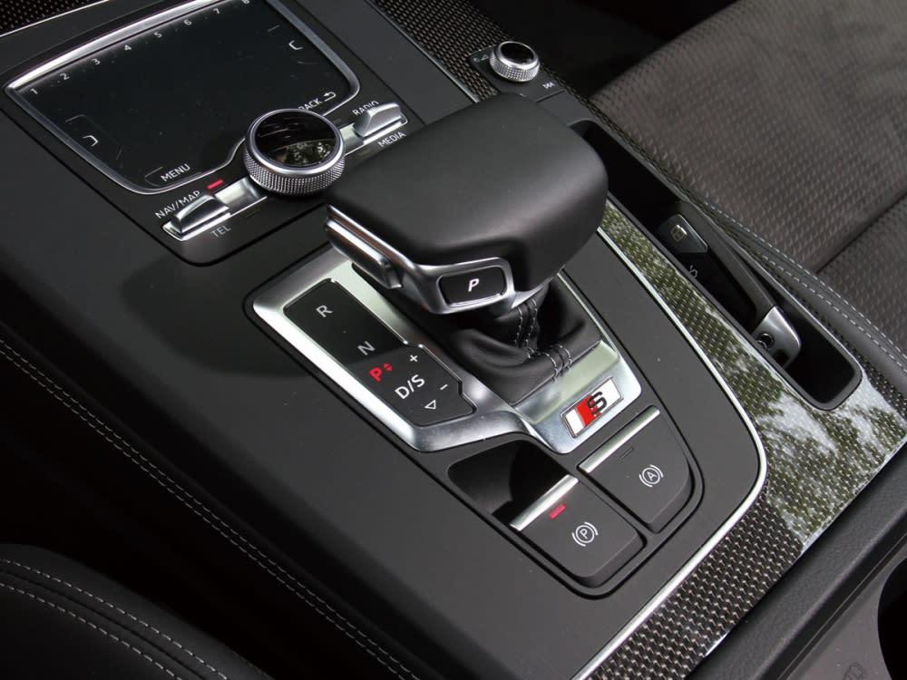中央鞍座上的飛翼式的排檔桿搭配MMI touch觸控手寫板,可控制中控台上的8.3吋MMI Navigation plus多媒體系統。