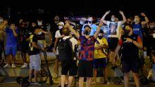 Torcida protesta contra Bartomeu, e presidente do Barcelona pode renunciar ao cargo, segundo canal