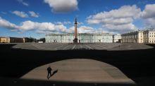 Russland: Heimlich Haare schneiden hinter schwarzen Vorhängen