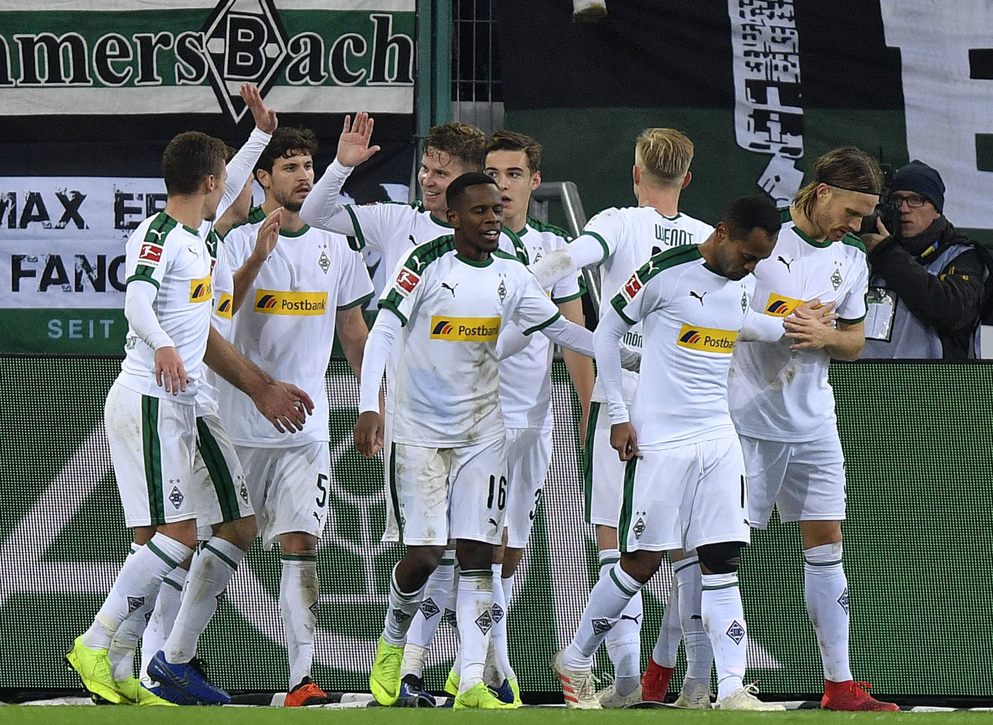 gladbach reclaims 2nd place from bayern in bundesliga. Black Bedroom Furniture Sets. Home Design Ideas