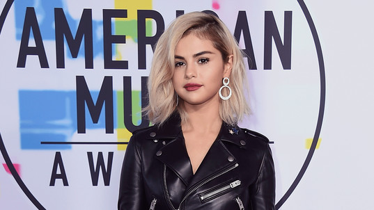 Selena Gomez shows off new look on AMAs red carpet