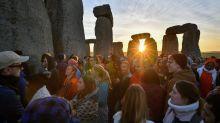 Feier zur Sonnenwende an Stonehenge-Kreisen