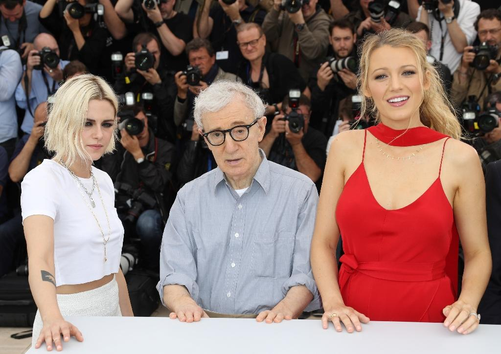 "(From L) US actress Kristen Stewart, US director Woody Allen and US actress Blake Lively pose on May 11, 2016 during a photocall for the film ""Cafe Society"" ahead of the opening of the 69th Cannes Film Festival, southern France (AFP Photo/Valery Hache)"