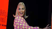 El look 'Barbie' de Katy Perry con tacones de pompón