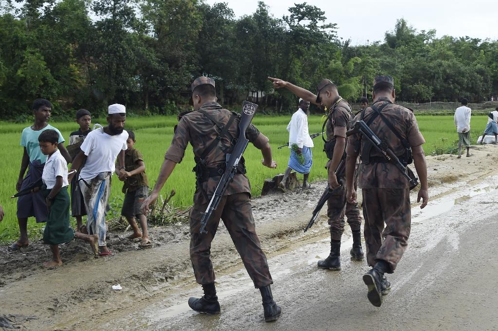 Bangladesh Border Guard (BGB) attempts to clear Rohingya Muslim refugees off a road near Balukhali refugee camp near the Bangladehsi district of Ukhia on September 19, 2017 (AFP Photo/DOMINIQUE FAGET)