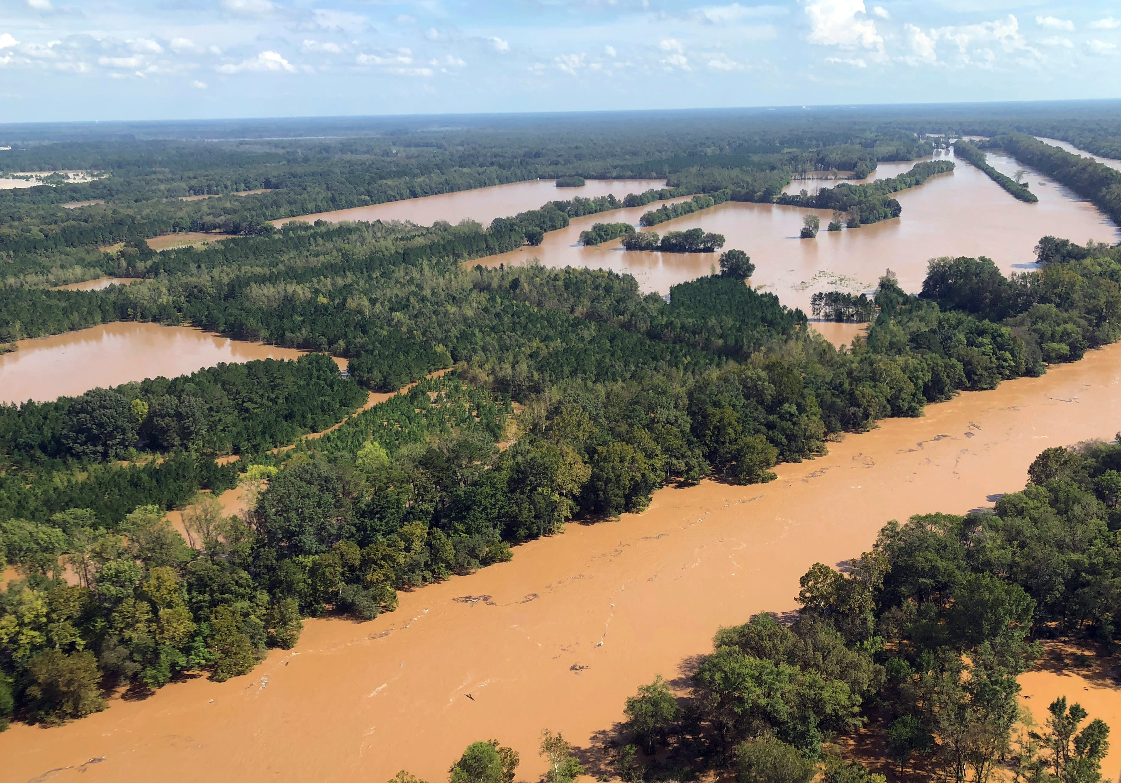 Esta fotografía del lunes 17 de septiembre de 2018 muestra la crecida del río Little Pee Dee en el condado de Marion, Carolina del Sur. Dos mujeres que iban a un centro de salud mental murieron ahogadas luego de que una camioneta del Departamento de Policía del condado de Horry fue arrasada por las inundaciones provocadas por Florence. (AP Foto/Meg Kinnard)