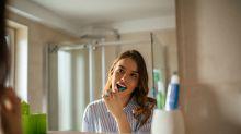 Zahnpasta gegen schlaffe Brüste? Neuer Mythos kursiert im Netz