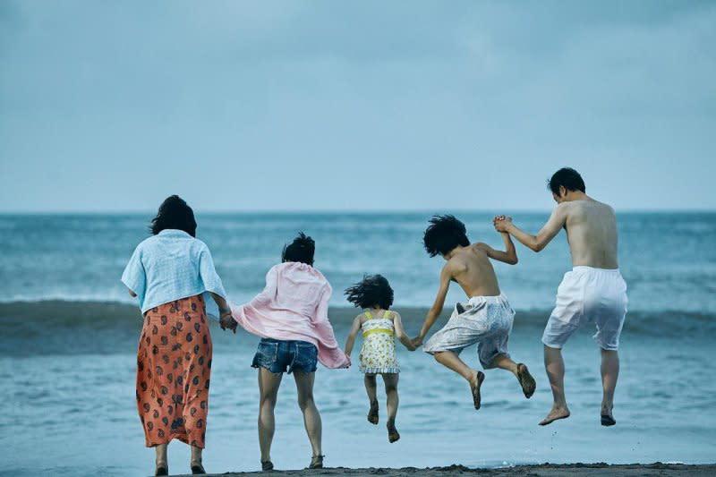 9.《小偷家族》:如果你無法擺脫《寄生上流》帶給你的不寒而慄,請考慮看日本導演是枝裕和的《小偷家族》。同樣的社會階級骨幹,卻譜出截然不同的故事及情感。《小偷家族》是寫給底層百姓一帖完美且具尊嚴的現代寓言。(圖:采昌)