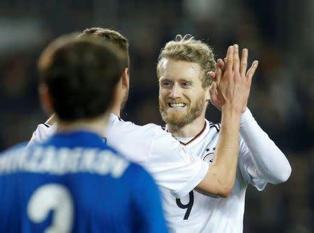 André Schürrle de Alemania celebra luego de anotar el cuarto gol de su selección ante Azerbaiyán