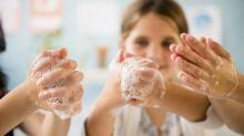 Mit diesem cleveren Trick bringt eine Mutter ihre Kinder zum Händewaschen